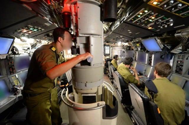 Israel-Navy-Soldiers-on-IDF-Submarine-640x426 2