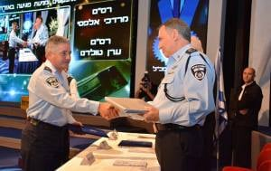 A brave policeman is awarded for for his actions. (Photo: Israel police)