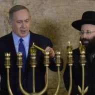 netanyahu-lights-chanukah-candles-with-western-wall-rabbi-shmuel-rabinovitch