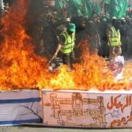 Palestinians burn a coffin draped in an Israeli flag (Abed Rahim Khatib/Flash90)
