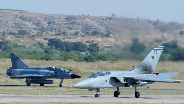 Indian Air Force Mig 27 (L) (AP Photo/Mustafa Quraishi)