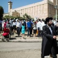 Israelis flock to visit the Cave of the Patriarchs and Matriarchs in Hebron.  (Yonatan Sindel/Flash90)